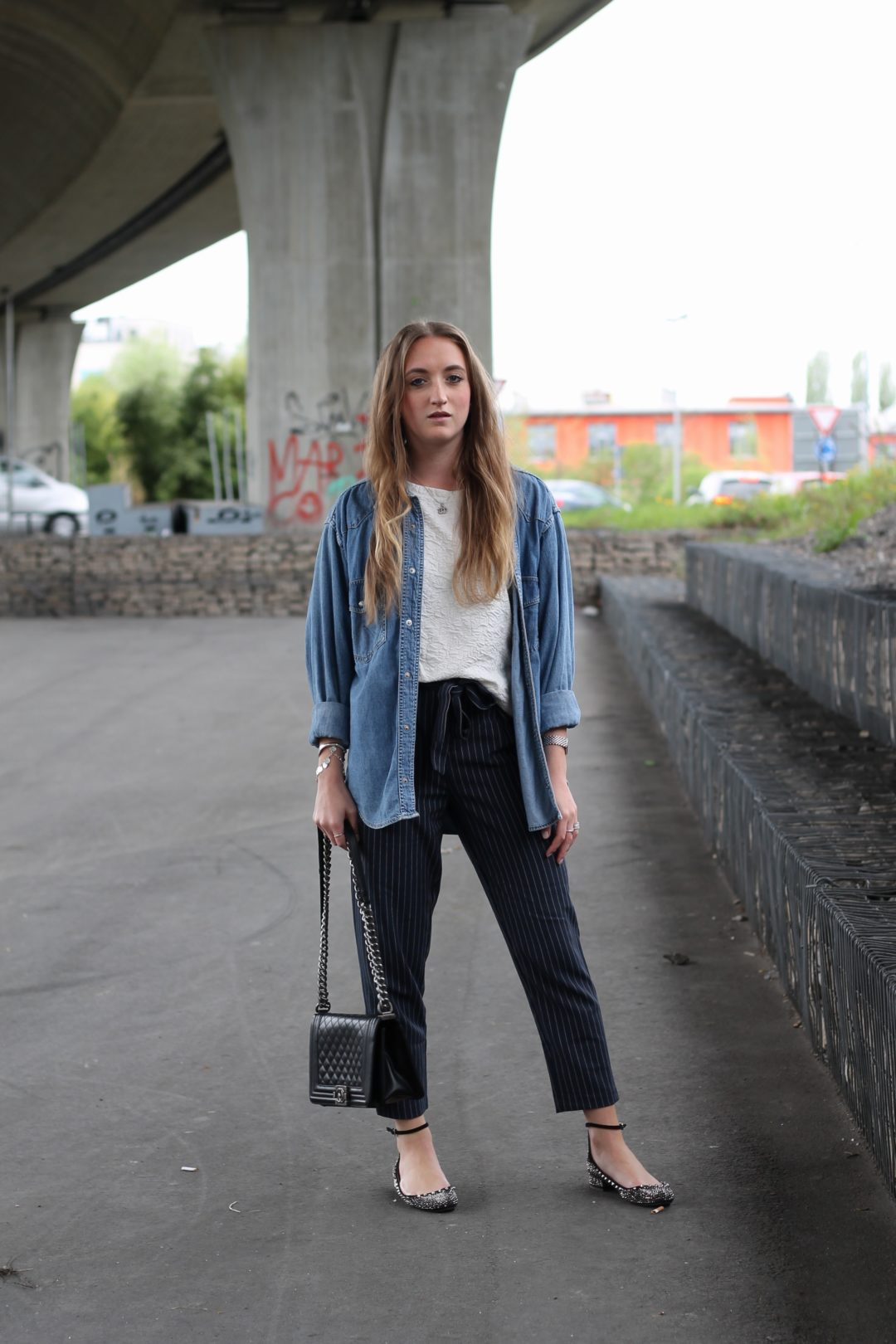 Striped pants and vintage denim shirt - the topic pinstripes is a never ending trend and at the moment the fashion stores are full of shirts, pants and...@wiebkembg