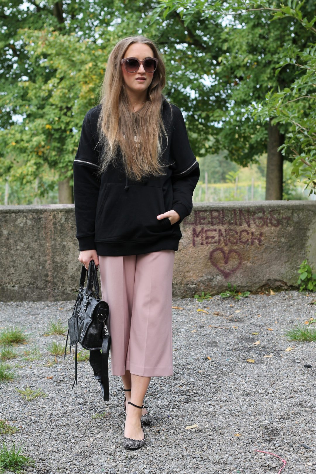 Hoodie and culottes - in the beginning I wasn't a fan of wearing culottes, but now the casual pants are a fixed component of my closet and this time I...@wiebkembg